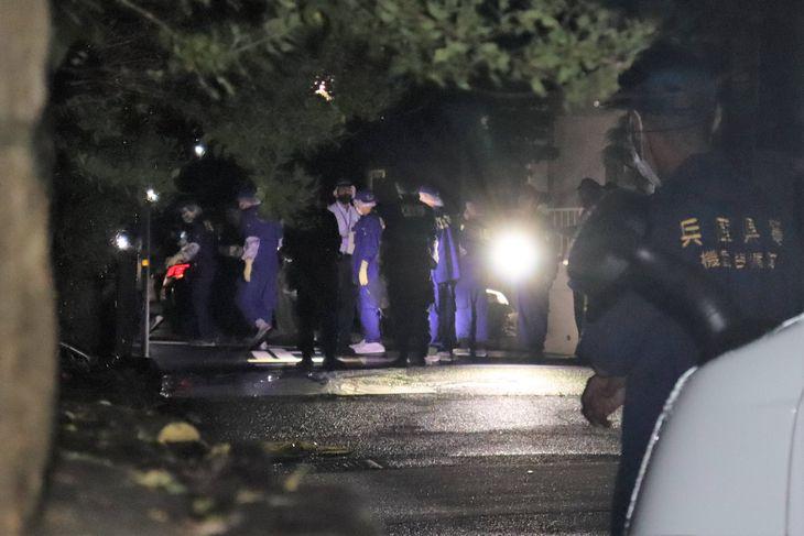 親子が血を流していた現場。親子間トラブルの可能性があるという=2日夜、神戸市北区