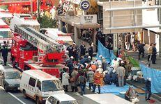 オウム真理教によるサリン事件で地下鉄構内から続々と運び出され、救急隊員から手当てを受ける乗客ら=平成7年3月20日、東京都中央区
