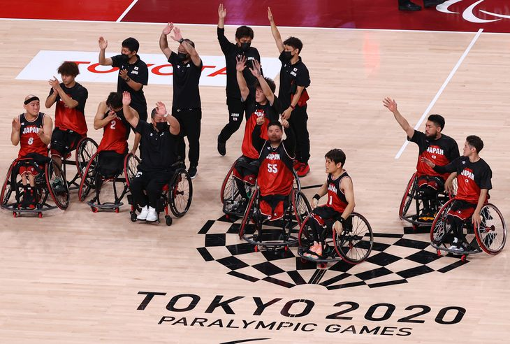 【東京パラリンピック2020】<車いすバスケットボール準決勝 日本対英国>決勝進出を決め手をふる日本代表の選手ら=3日、有明アリーナ(萩原悠久人撮影)
