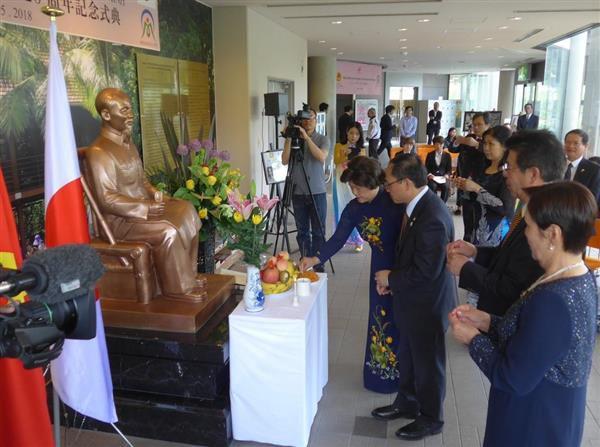 岡山・美作市の作東文化芸術センターに設置されているホー・チ・ミン像を囲むヴ・トアン・ハイ在大阪ベトナム総領事(手前から3人目)や萩原誠司市長(同2人目)ら=5月19日