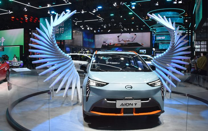 4月に中国で開かれた上海国際モーターショーの会場。中国ではEVなど新エネルギー車の販売が拡大している(三塚聖平撮影)