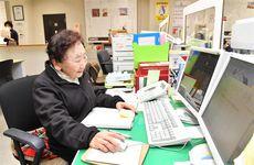 現役最高齢の総務課員としてギネス認定された90歳の玉置泰子さん=大阪市西区のサンコーインダストリー(南雲都撮影)