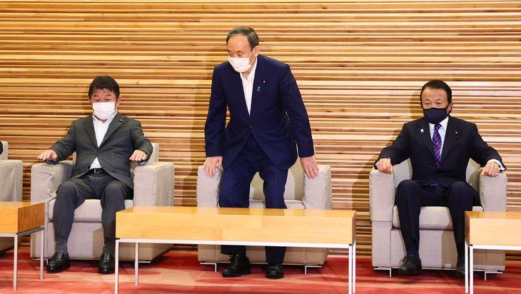 閣議に臨む(左から)茂木敏充外務相、菅義偉首相、麻生太郎副総理兼財務相=3日午前、首相官邸(春名中撮影)