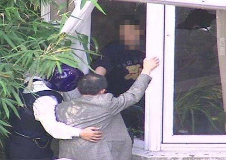 銃を持った凶悪犯が人質を取って籠城した住宅に到着した謝長廷氏=1997年11月19日、台北市内(一部画像を処理しています)