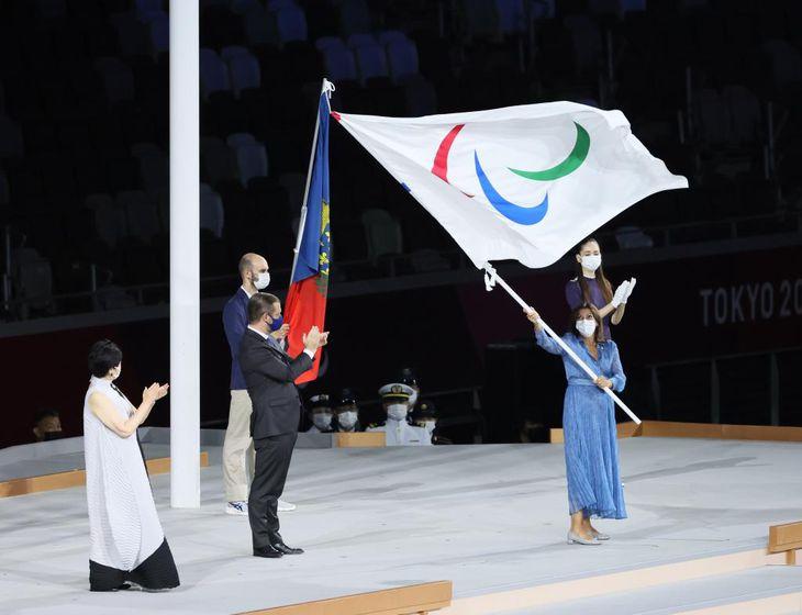 【東京パラリンピック2020】<閉会式>小池百合子都知事(左)からIPCのパーソンズ会長に手渡され、パリのイダルゴ市長(右)に引き継がれたパラリンピック旗=5日午後9時31分、国立競技場(桐原正道撮影)