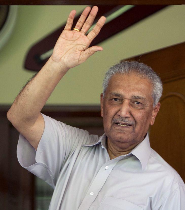 2009年8月、パキスタンの首都イスラマバードの自宅で手を振るアブドルカディル・カーン博士(ロイター=共同)