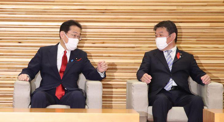 閣議を前に話し込む岸田文雄首相、茂木敏充外務相(右)=5日午前、首相官邸(矢島康弘撮影)