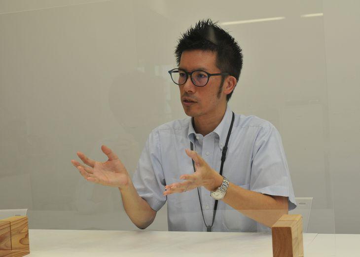 リーフレットを制作した際の苦労を語る小川智史係長