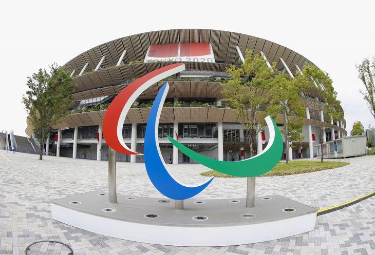 国立競技場とパラリンピックのシンボルマーク「スリーアギトス」のモニュメント(魚眼レンズ使用)