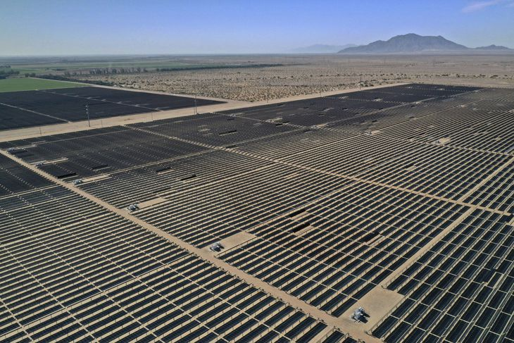 米カリフォルニア州に設置された多数の太陽光パネル=2020年5月(ロイター=共同)