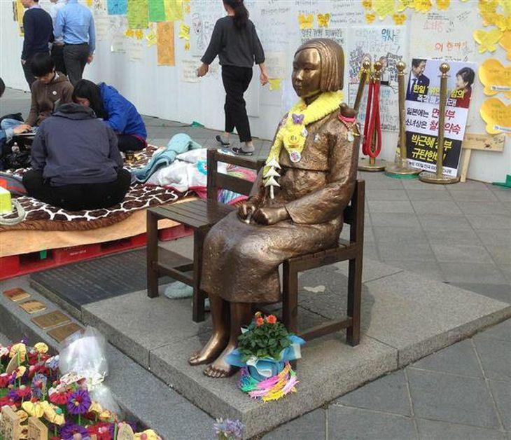 ソウルの日本大使館前の慰安婦像。足元に追悼プレートが新たに設置された(名村隆寛撮影)