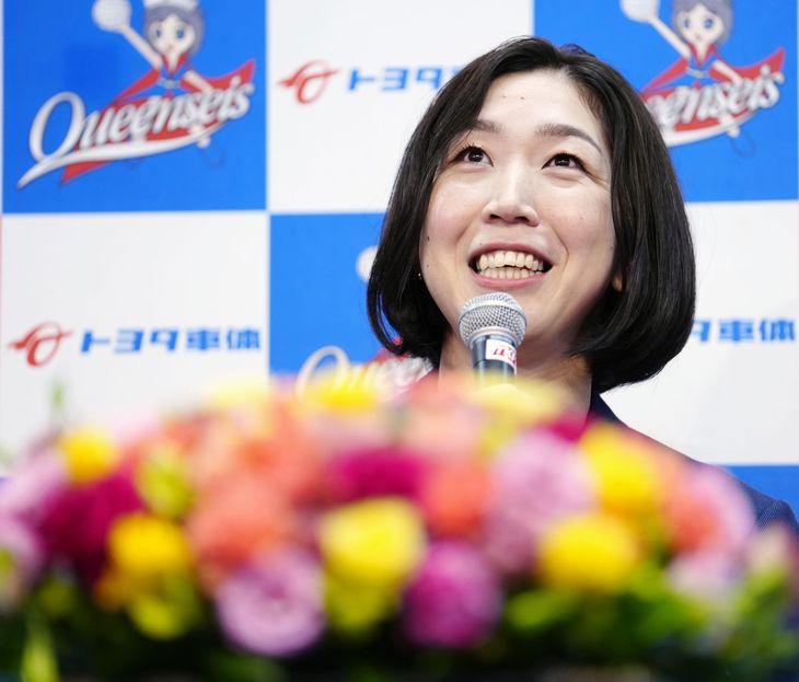 引退の記者会見をするバレーボール女子の荒木絵里香=5日午前、名古屋市