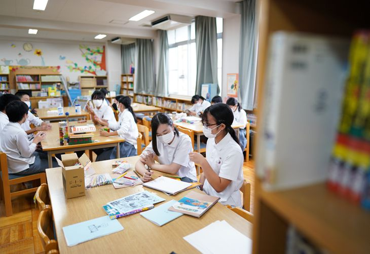 学校図書館での居場所事業「はとばカルッチャ」で、思い思いに過ごす生徒たち=9月30日、大阪市港区の市立市岡中学校(恵守乾撮影)