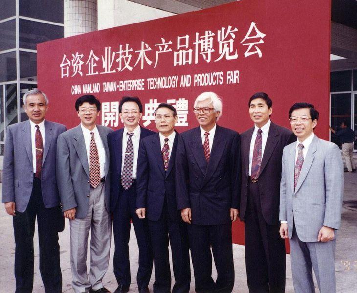 当時は野党だった民進党の立法委員として党関係者らと訪中した謝長廷氏(右端) =1993年7月