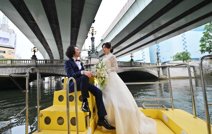 船上で結婚写真を撮る夫婦。「東京ウォータータクシー」で東京湾や隅田川、日本橋をまわり撮影するサービスが今年3月に始まった =都内(宮崎瑞穂撮影)