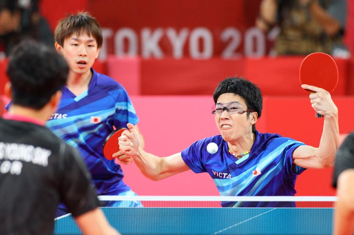 卓球男子団体3位決定戦第1試合に臨む日本代表の丹羽孝希と水谷隼(右)=6日、東京体育館(桐山弘太撮影)