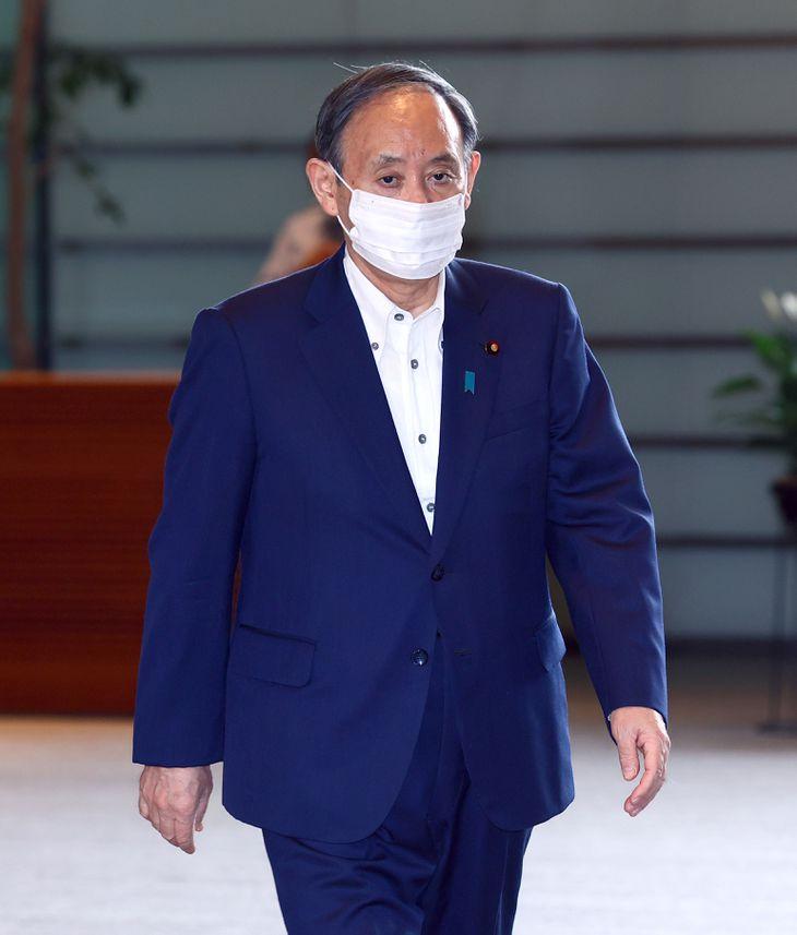 出邸する菅義偉首相(春名中撮影)