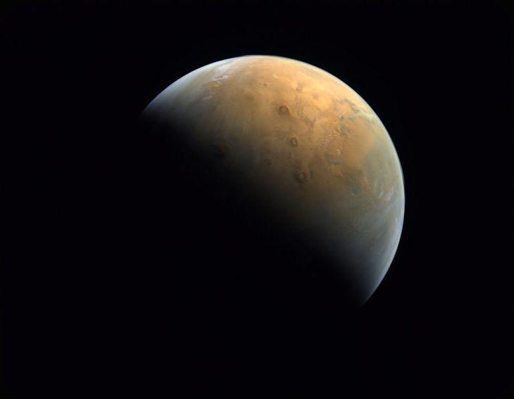 アラブ首長国連邦(UAE)の探査機HOPEが10日に撮影した火星(ロイター)