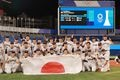 【東京五輪2020 野球 決勝戦】<日本対アメリカ>試合後に記念写真の日本代表=横浜スタジアム(撮影・松永渉平)