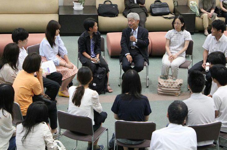 九州大学での講演会終了後、学生と懇談する中村哲さん(中央)=平成29年8月(九大提供)