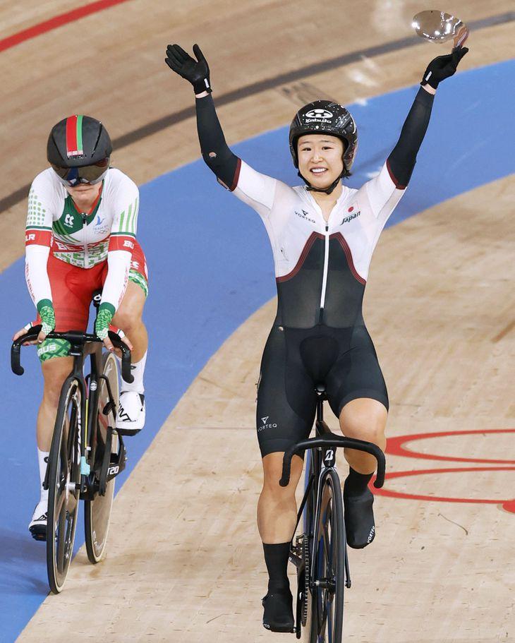 自転車女子オムニアムで銀メダルを獲得を決め、笑顔で手を振る梶原悠未=8日、伊豆ベロドローム
