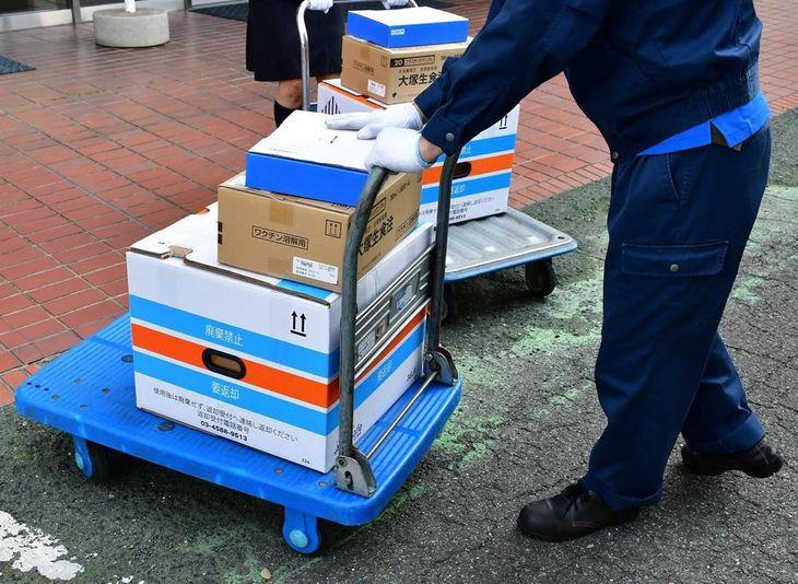 さいたま市内に到着し、保管場所に運び込まれる高齢者向けの新型コロナウイルスワクチン=8日午前、同市(市提供)