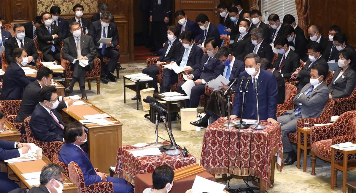 衆院予算委員会で答弁する菅義偉首相=2日午前、国会・衆院第1委員室(春名中撮影)