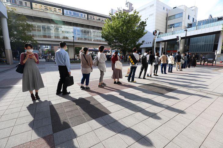 JR日暮里駅前でバス停に並ぶ人たち=8日午前、東京都荒川区(佐藤徳昭撮影)