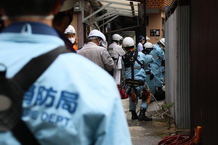 水道工事現場で転落した作業員を引き上げる消防隊員ら=8日午前、京都市上京区(桑村大撮影)