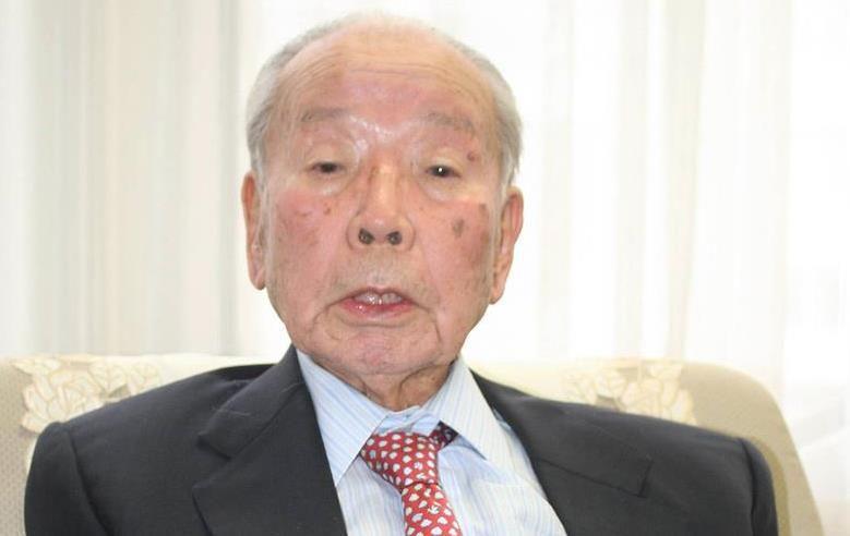 インタビューに応じる石原信雄元官房副長官=13日、東京都中央区