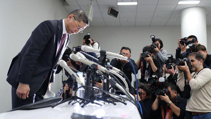 日産自動車のカルロス・ゴーン会長が逮捕され、本社で記者会見した西川広人社長。会見の最後に一礼して退場した=19日午後、横浜市西区