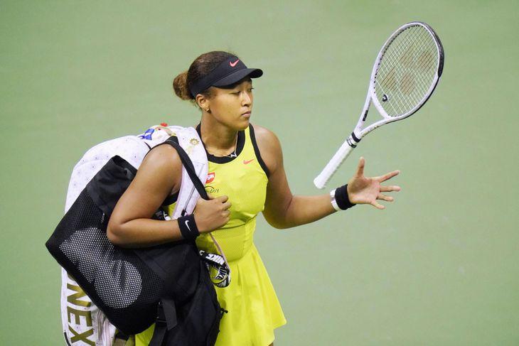 3日、全米オープンの女子シングルス3回戦で敗退し、引き揚げる大坂なおみ(AP)