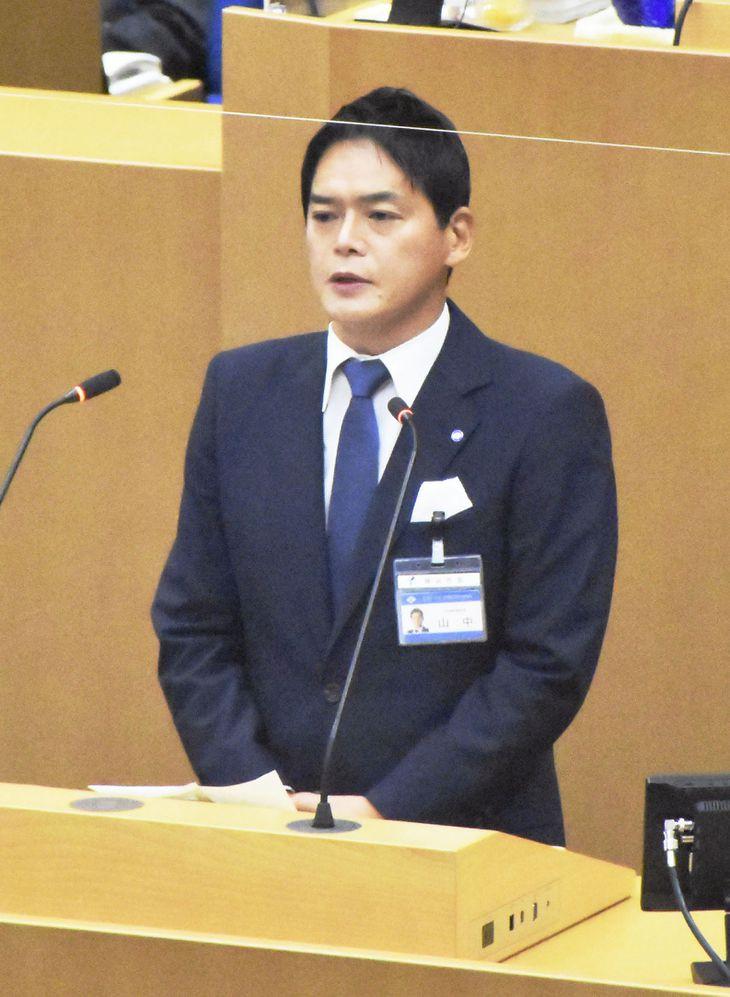 横浜市議会で所信表明演説を行う山中竹春市長=10日午前