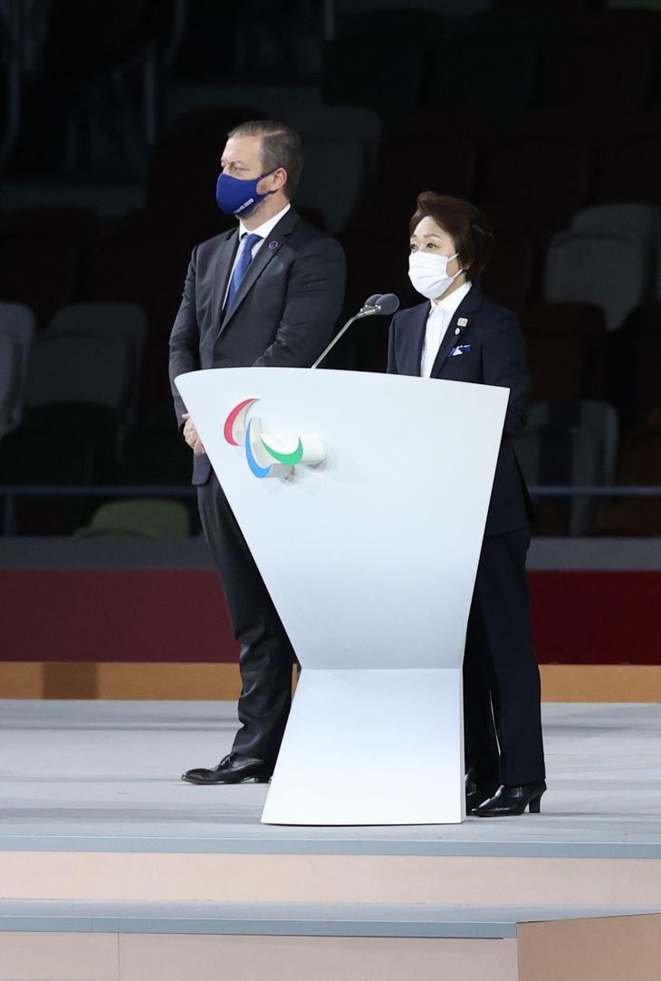 【東京パラリンピック2020】〈閉会式〉閉会式で挨拶する橋本聖子大会組織委会長(右)=5日、国立競技場(佐藤徳昭撮影)