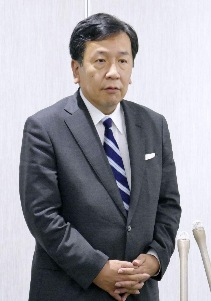取材に応じる立憲民主党の枝野代表=4日午後、松江市