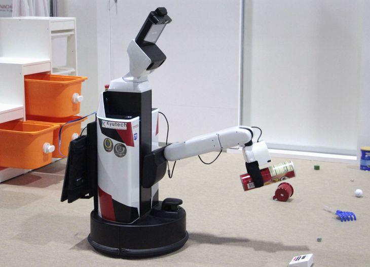 ワールドロボットサミットで披露された、アームで物をつかんで部屋の片付けをするロボット=9日午前、愛知県常滑市の国際展示場