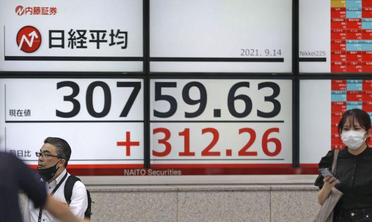 日経平均株価を示すボード。取引時間中のバブル経済崩壊後の最高値を更新、上げ幅は一時300円を超えた=14日午前、東京都中央区
