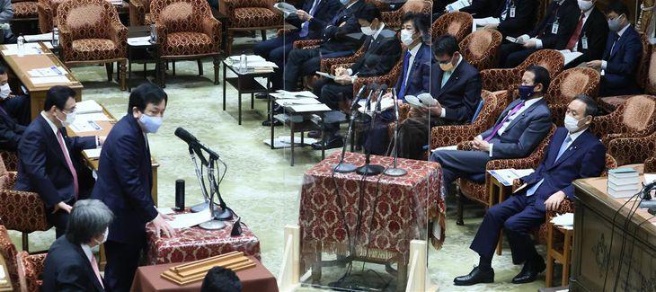 衆院予算委員会で質問する立憲民主党・枝野幸男代表(左)。右は菅義偉首相=1日午前、衆院第1委員室(春名中撮影)