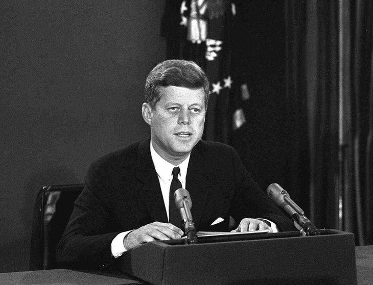 キューバのまわりの海上を封鎖するとテレビで発表するアメリカのケネディ大統領=1962年10月(AP)