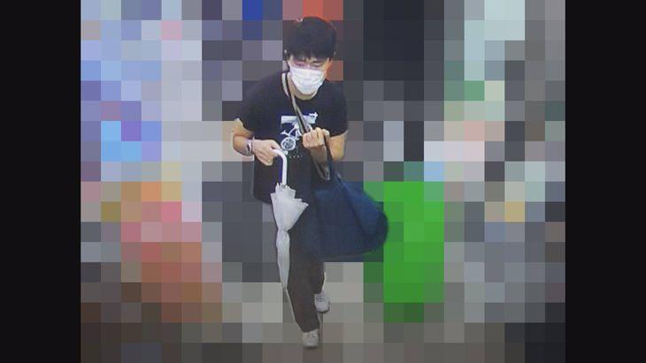 練馬区旭丘のコンビニへ強盗に入った男が写った防犯カメラの画像(警視庁提供)