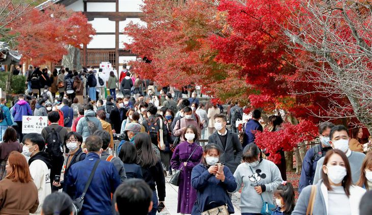 多くの観光客でにぎわう、紅葉の名所で知られる京都・嵐山の天龍寺=21日、京都市右京区(渡辺恭晃撮影)