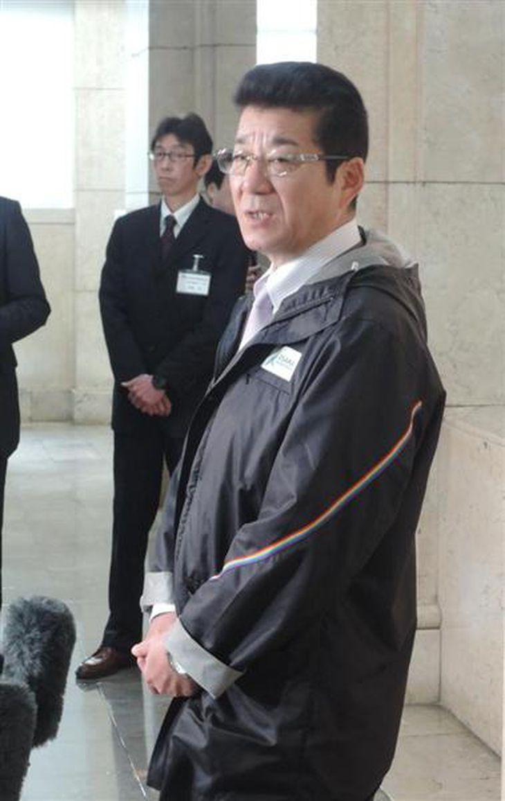 記者の質問に答えるおおさか維新の会代表の松井一郎大阪府知事=府庁