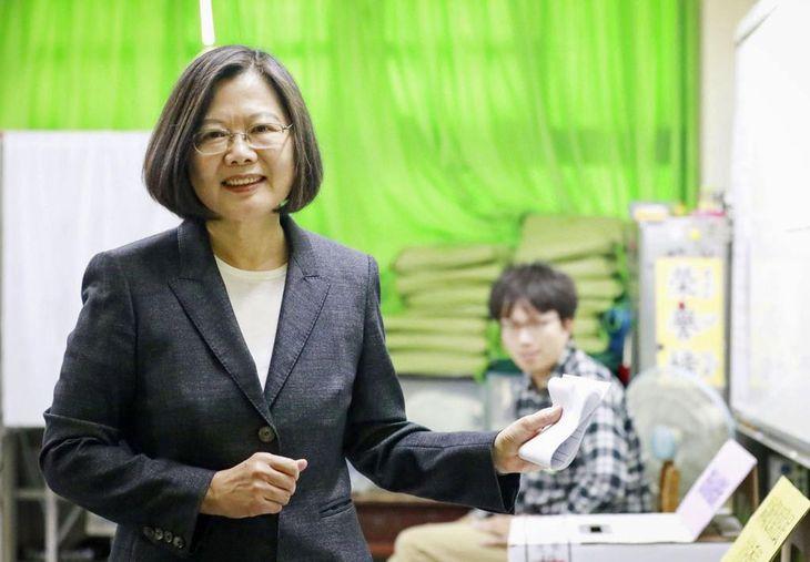 台湾総統選で投票する民進党の蔡英文総統=11日、新北市(民進党提供・共同)