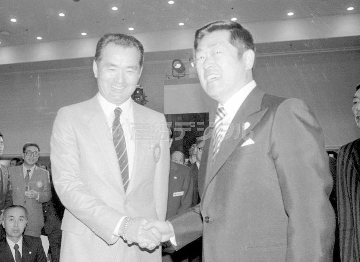 西武優勝記念交歓会で握手する長嶋(左)と堤オーナー =昭和58(1983)年12月
