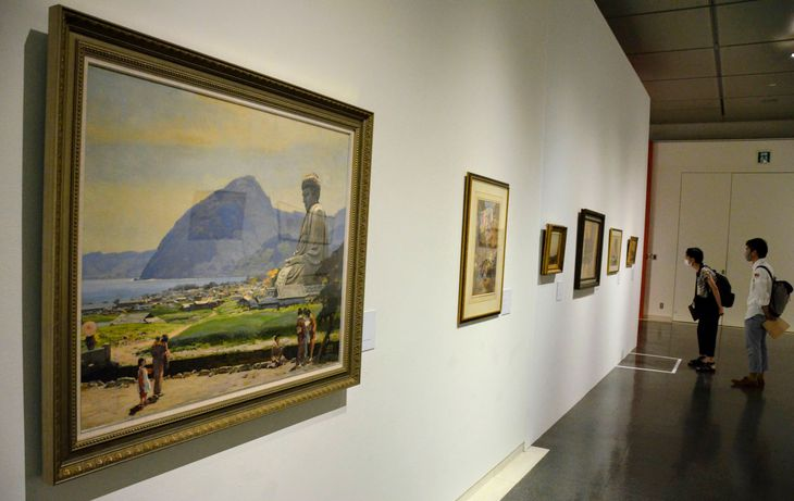 会場に展示された明治時代の日本を描いた絵画の数々=京都市左京区