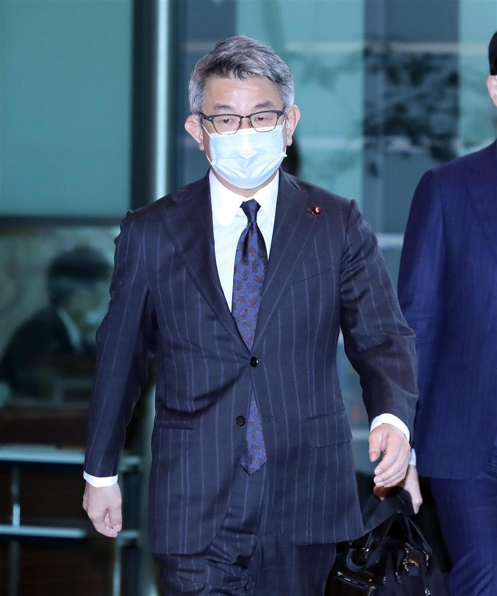 閣議に臨む武田良太総務相=15日午前、首相官邸(春名中撮影)
