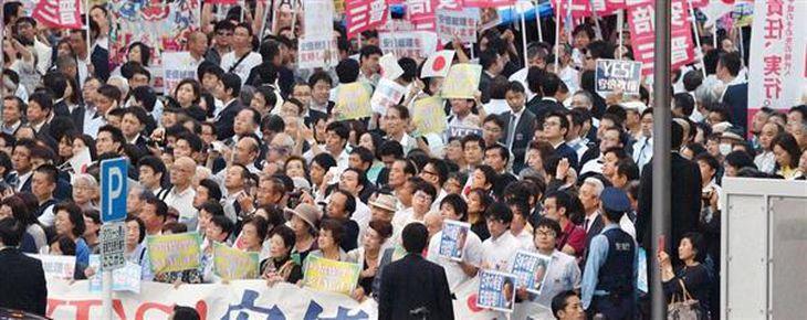 安倍晋三首相の街頭演説に集まった聴衆=19日午後、東京・秋葉原(佐藤徳昭撮影)