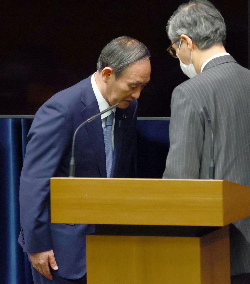 会見を終え降壇する菅義偉首相。右は政府分科会・尾身茂会長=30日午後、首相官邸(春名中撮影)