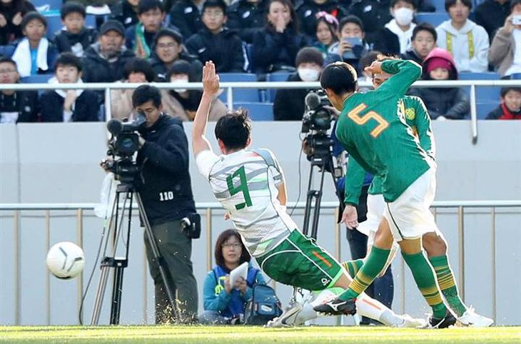 前半、ゴールを決める静岡学園・中谷(右)=埼玉スタジアム(撮影・蔵賢斗)