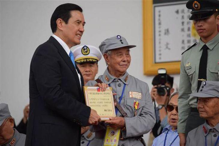 「抗日戦争勝利70周年」を記念する軍事パレードで、老兵に記念章を授与する台湾の馬英九総統(左)=2015年7月4日、台湾北部・新竹県(田中靖人撮影)